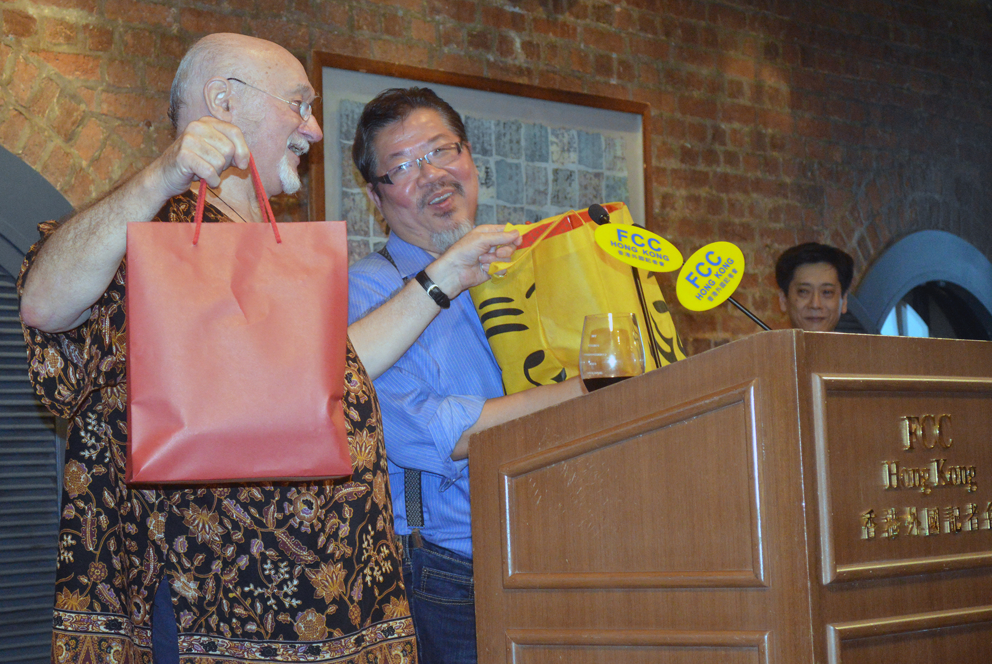 Gilbert Cheng accepts a gift. Photo: Sarah Graham/FCC