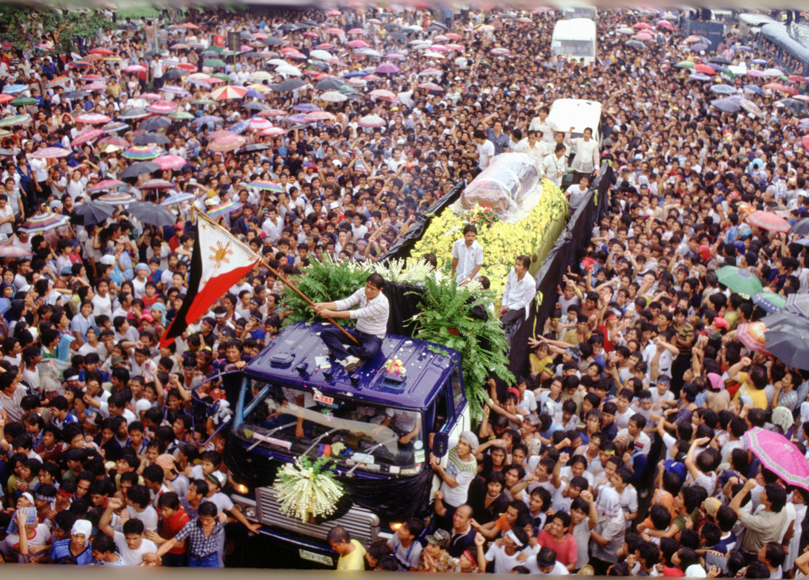 "The funeral procession for slain political leader Benigno ""Ninoy"" Aquino Jr. makes its way through the streets of Manila in the Philippines, August 31, 1983. (Photo by David Hume Kennerly)"